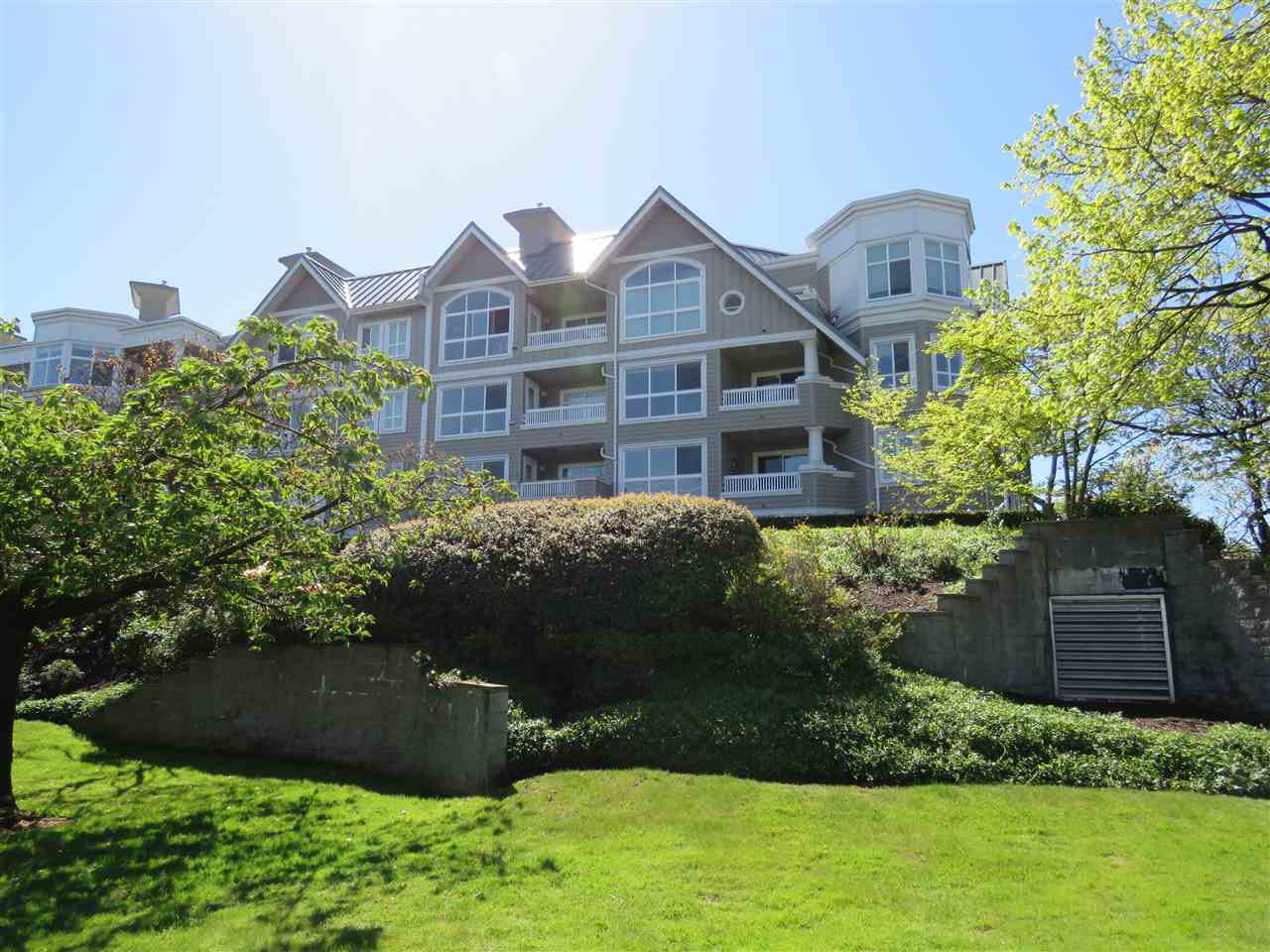 Main Photo: 202 5500 LYNAS LANE in : Riverdale RI Condo for sale : MLS®# R2162962