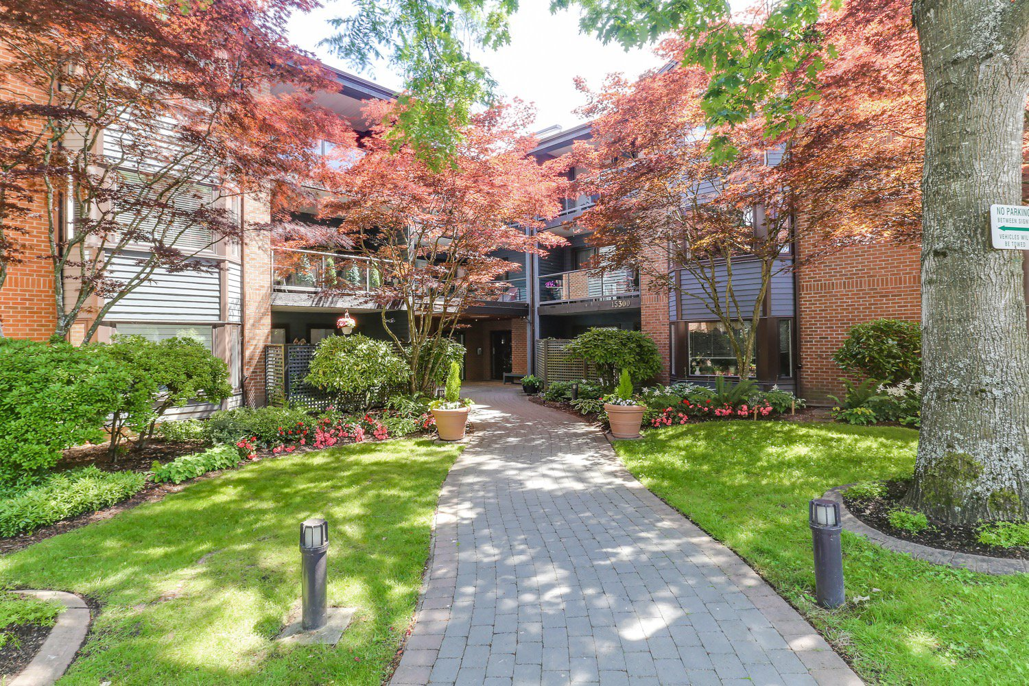 Main Photo: 219 15300 17 Avenue in South Surrey: Condo for sale (South Surrey White Rock)  : MLS®# R2433486