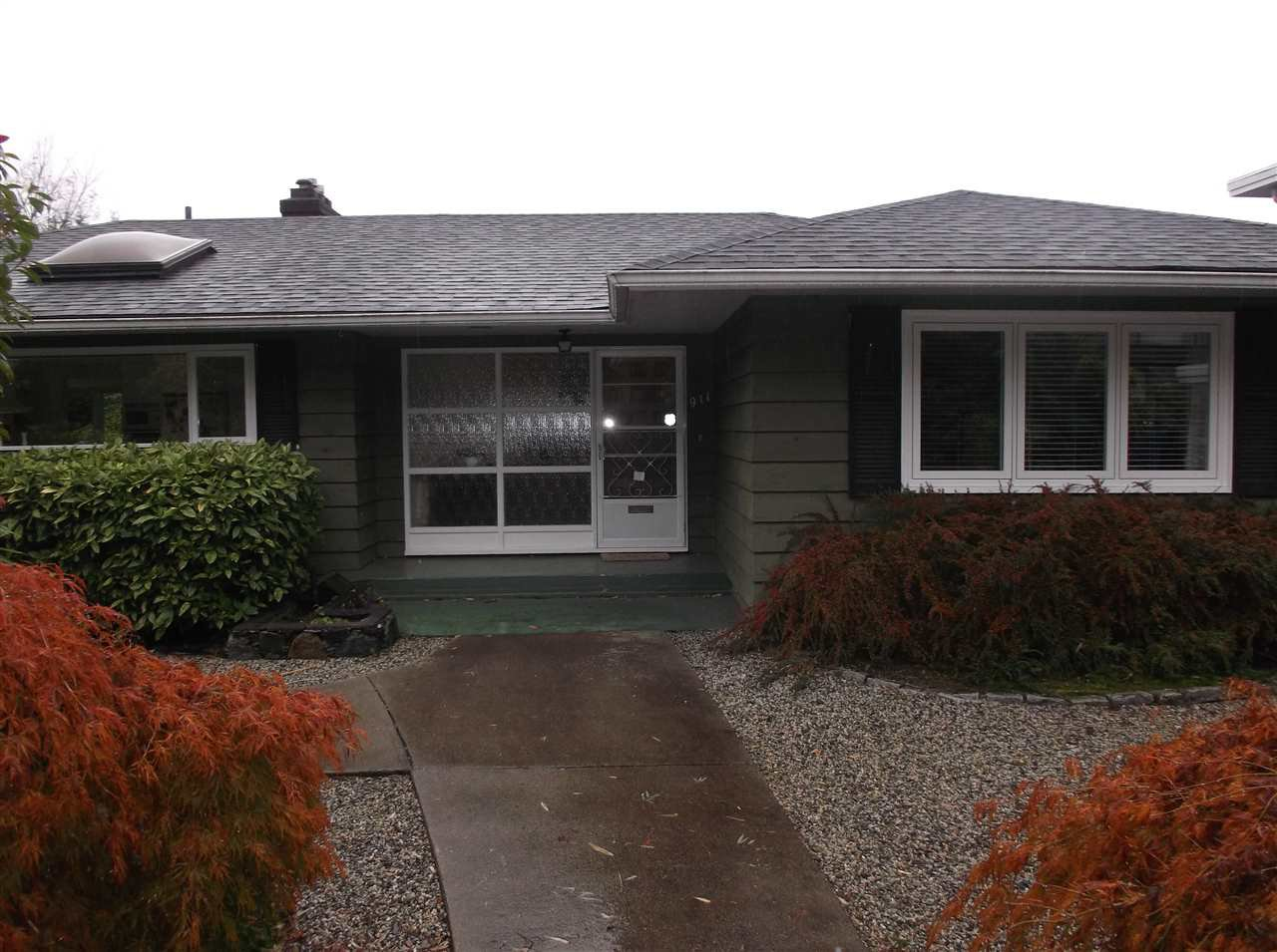 "Main Photo: 911 LEOVISTA Avenue in North Vancouver: Edgemont House for sale in ""Edgemont Village"" : MLS®# R2117385"