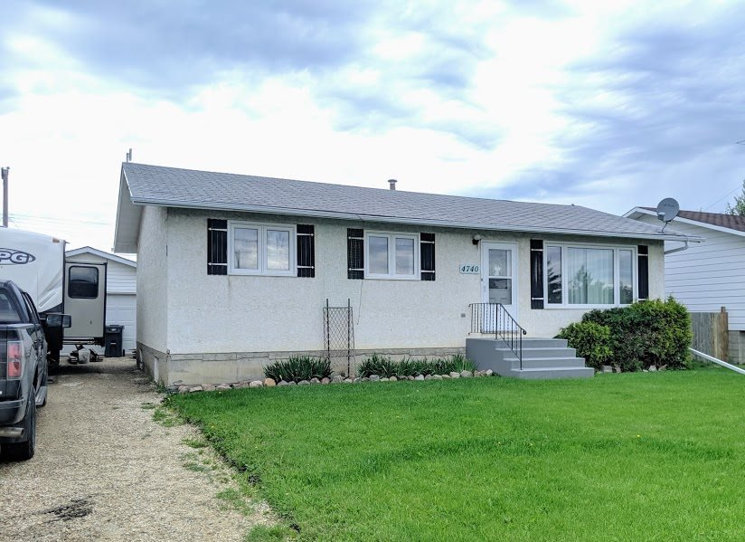 Main Photo: 4740 48 Street: Clyde House for sale : MLS®# E4152983