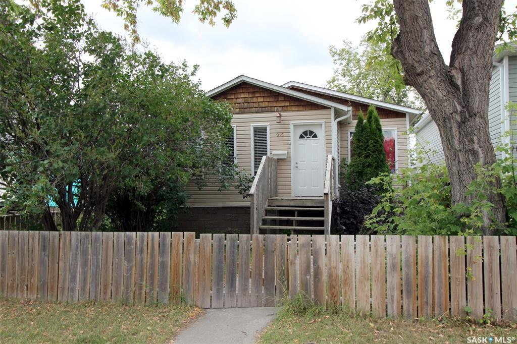 Main Photo: 915 L Avenue South in Saskatoon: King George Residential for sale : MLS®# SK806325