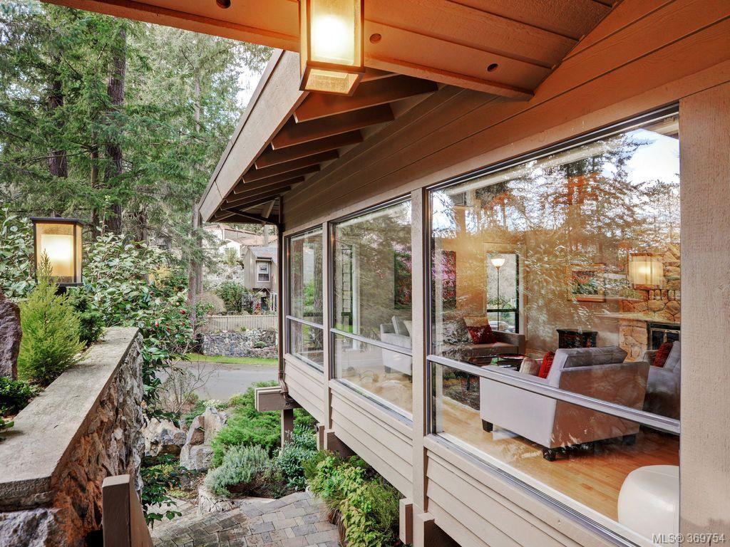 Main Photo: 961 Sunnywood Court in VICTORIA: SE Broadmead Single Family Detached for sale (Saanich East)  : MLS®# 369754