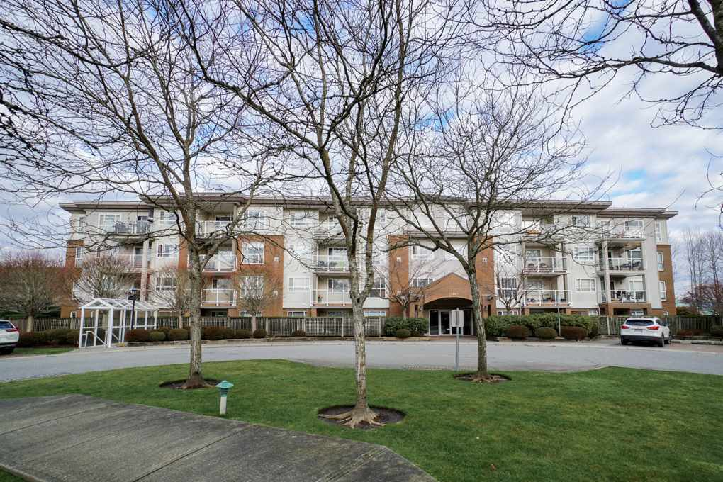 "Main Photo: 402 15885 84 Avenue in Surrey: Fleetwood Tynehead Condo for sale in ""Abbey Road"" : MLS®# R2334169"