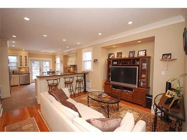 """Photo 3: Photos: 214 6TH Avenue in New Westminster: Queens Park House for sale in """"QUEEN'S PARK"""" : MLS®# V926048"""