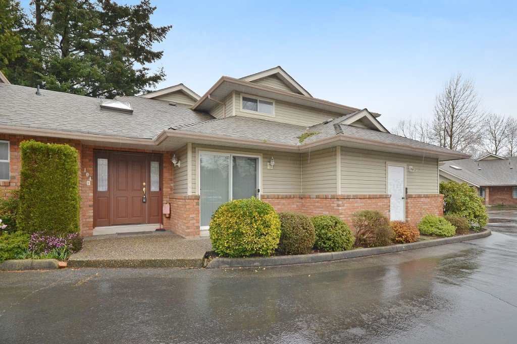 """Main Photo: 104 2513 W BOURQUIN Crescent in Abbotsford: Central Abbotsford Townhouse for sale in """"EDGEWATER PROPERTIES"""" : MLS®# R2152841"""