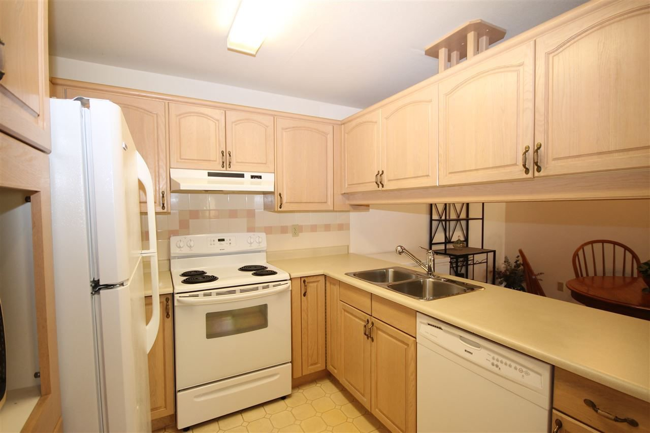 """Photo 9: Photos: 201 1441 BLACKWOOD Street: White Rock Condo for sale in """"The Capistrano"""" (South Surrey White Rock)  : MLS®# R2241993"""