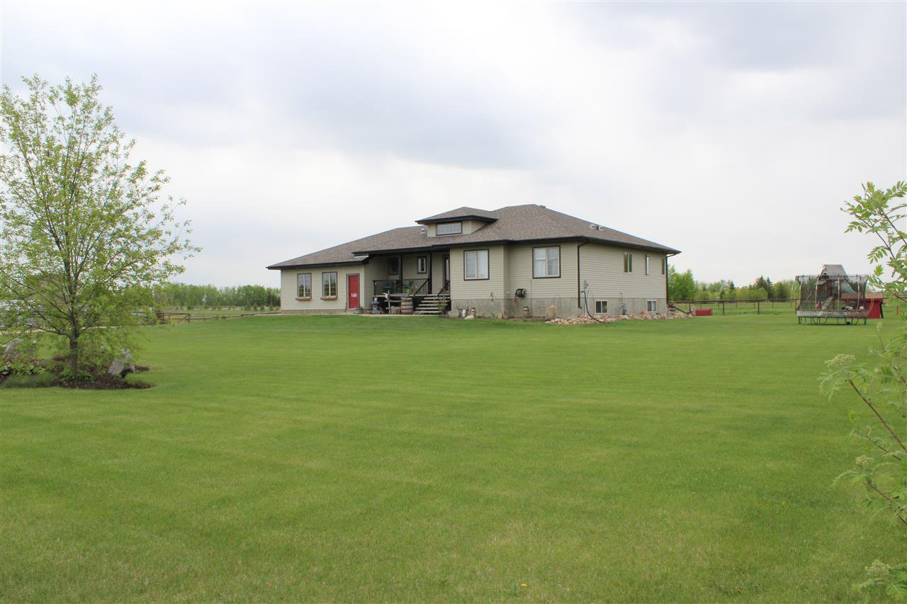 Main Photo: 126 MEADOW Crescent: Rural Sturgeon County House for sale : MLS®# E4151885