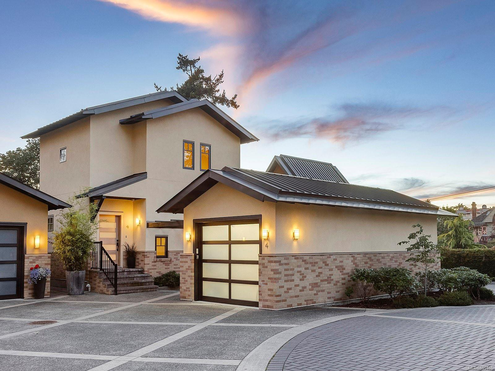 Main Photo: 4 849 Dunsmuir Rd in : Es Old Esquimalt House for sale (Esquimalt)  : MLS®# 855165