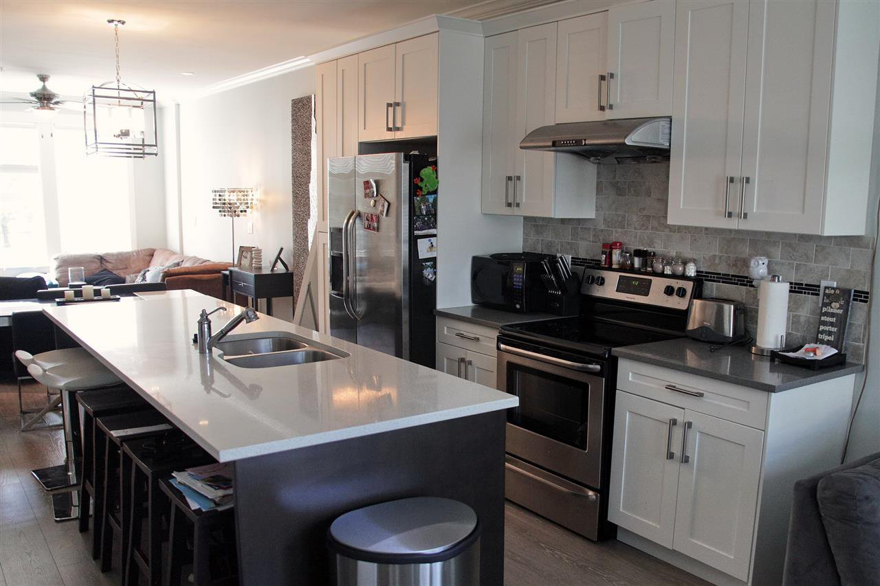 Photo 2: Photos: 5488 201A St in Langley: Langley City Townhouse for rent