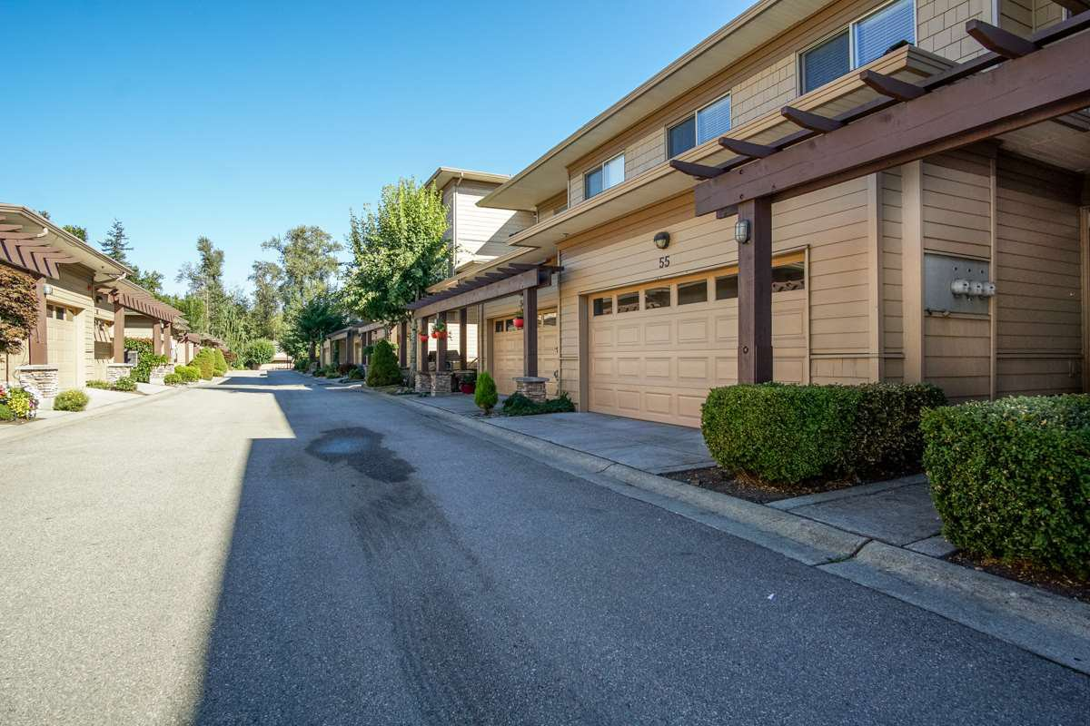 """Main Photo: 55 16655 64 Avenue in Surrey: Cloverdale BC Townhouse for sale in """"RIDGEWOOD"""" (Cloverdale)  : MLS®# R2217978"""