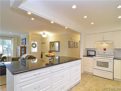 Photo 5: Photos: 972 Snowdrop Avenue in VICTORIA: SW Marigold Residential for sale (Saanich West)  : MLS®# 319697