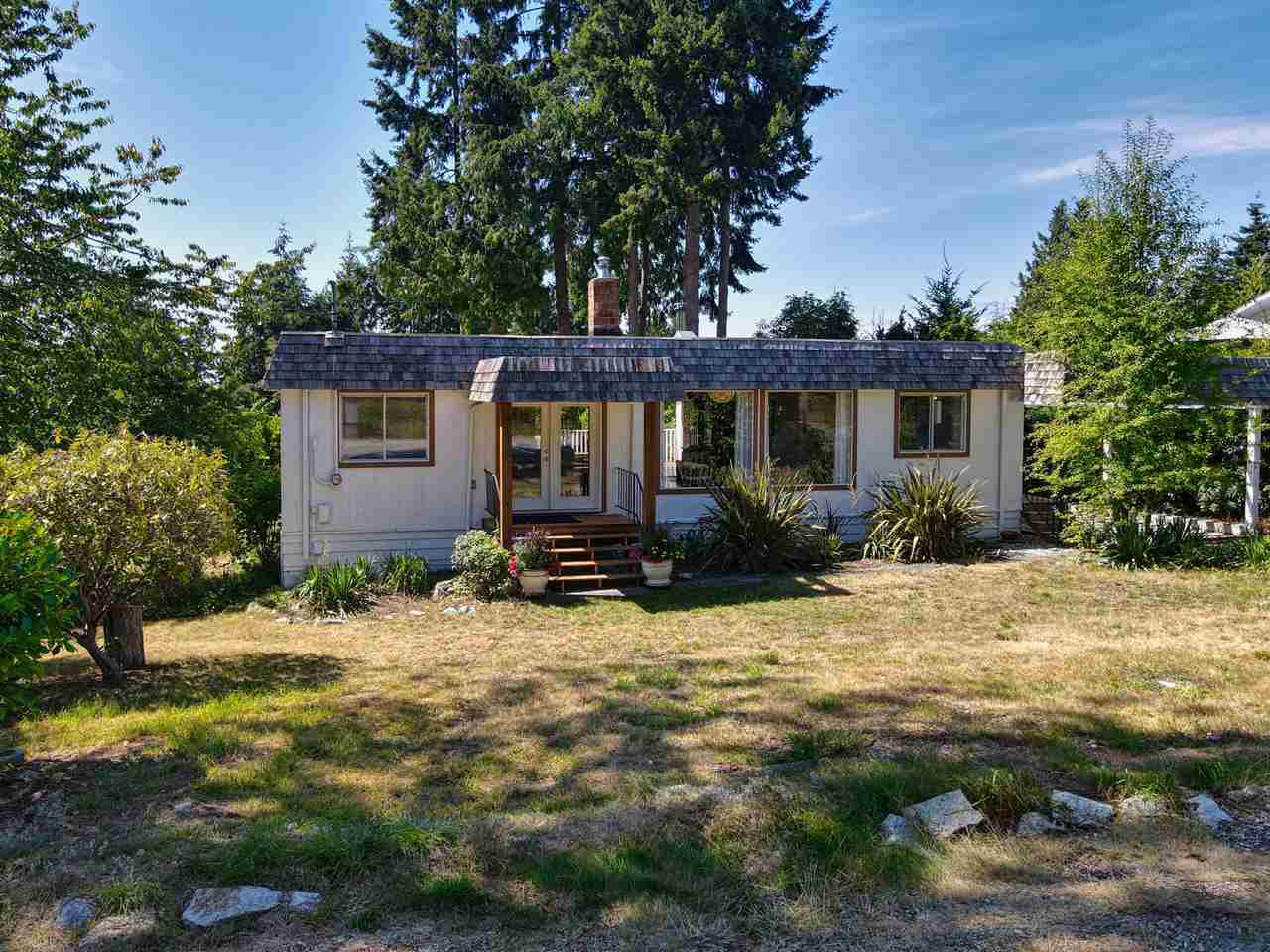 Lovely, quiet location yet close to all amenities, schools, beaches.