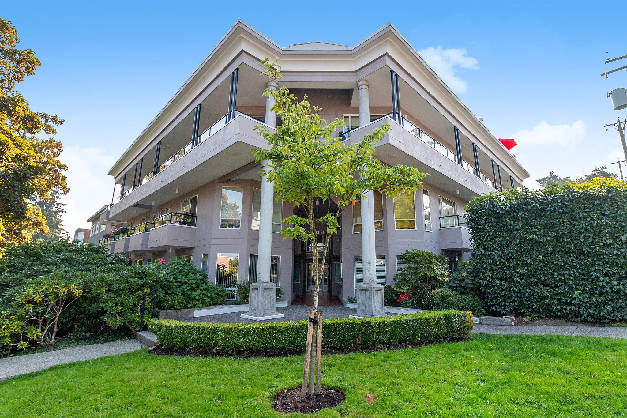 "Main Photo: 311 1988 MAPLE Street in Vancouver: Kitsilano Condo for sale in ""THE MAPLES"" (Vancouver West)  : MLS®# R2497159"
