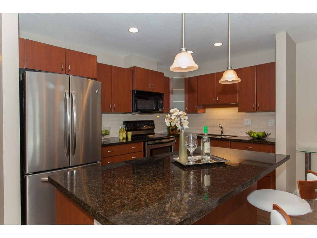"""Photo 8: Photos: 402 19730 56 Avenue in Langley: Langley City Condo for sale in """"Madison Place"""" : MLS®# R2178956"""