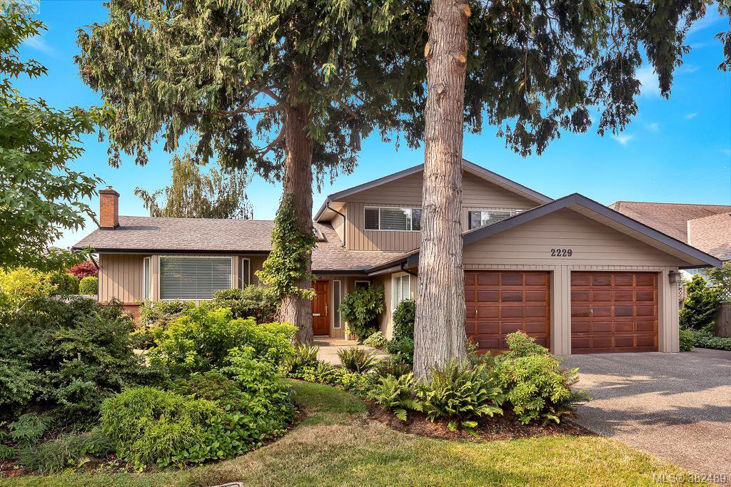 Main Photo: 2229 Lifton Pl in VICTORIA: SE Arbutus Single Family Detached for sale (Saanich East)  : MLS®# 768469
