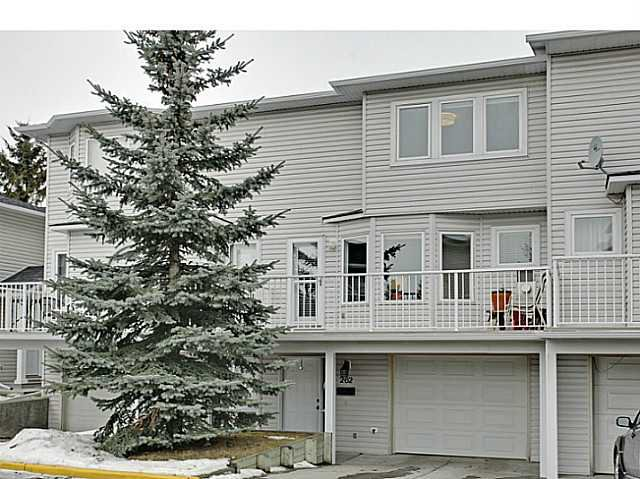 Main Photo: 262 REGAL Park NE in Calgary: Renfrew_Regal Terrace Townhouse for sale : MLS®# C3650275
