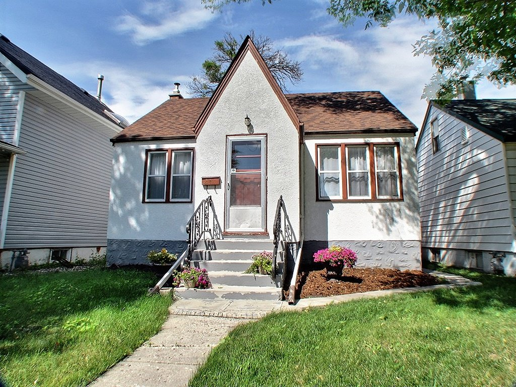 Main Photo: 241 Sydney Avenue in Winnipeg: East Kildonan Residential for sale (North East Winnipeg)  : MLS®# 1315778