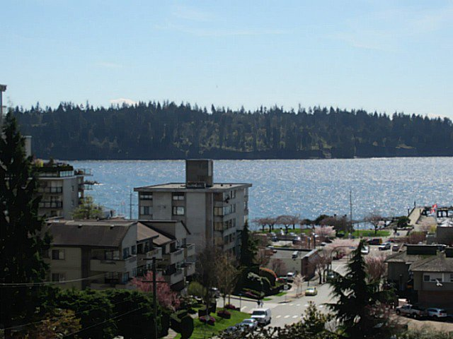 Main Photo: 703 1412 ESQUIMALT Avenue in West Vancouver: Ambleside Condo for sale : MLS®# V1058357