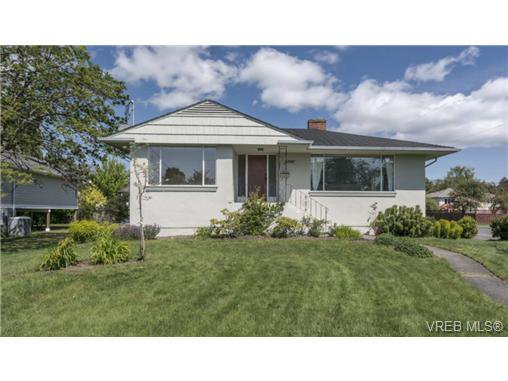 Main Photo: 2090 Allenby St in VICTORIA: OB Henderson Single Family Detached for sale (Oak Bay)  : MLS®# 700199