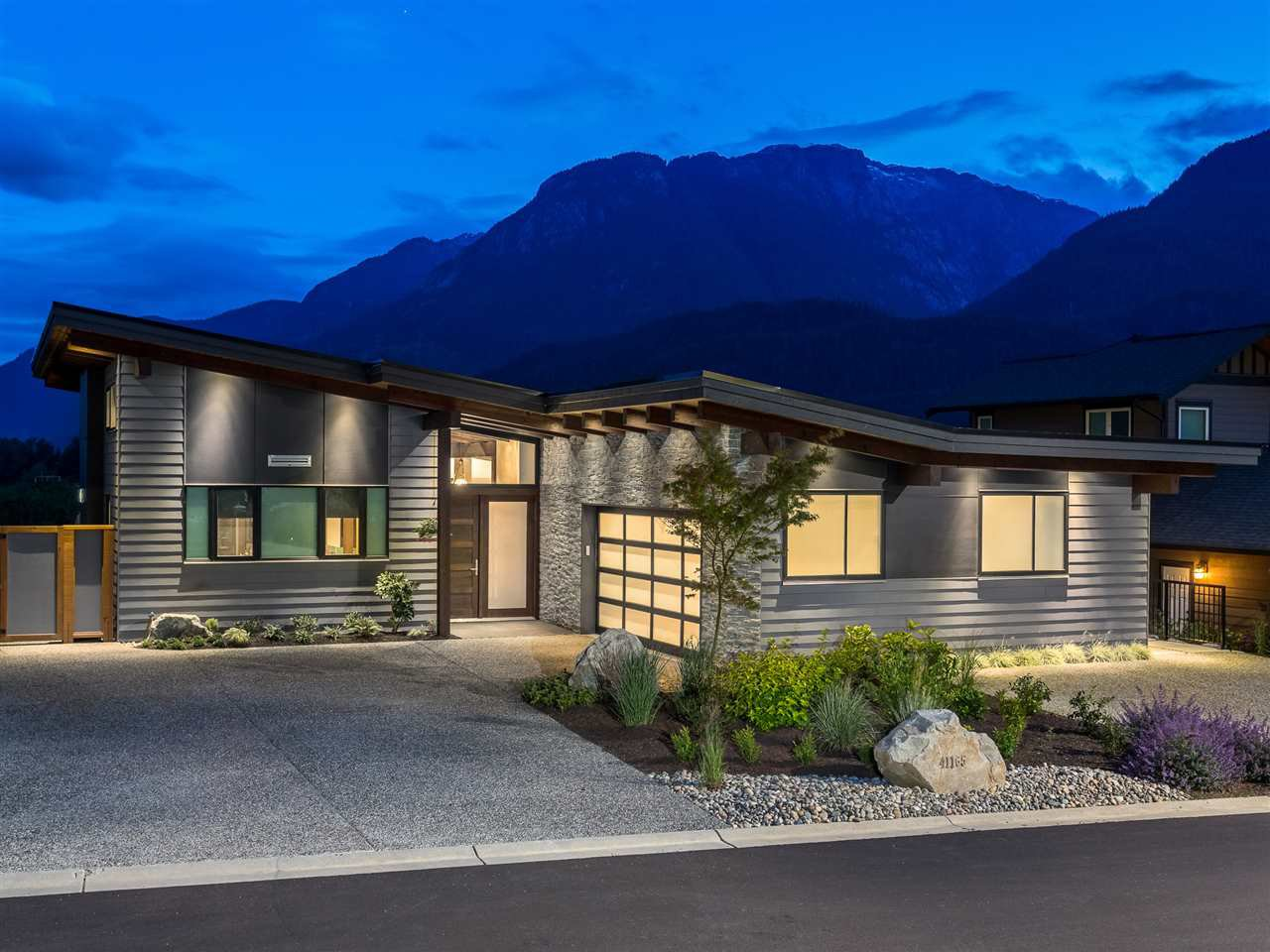 Main Photo: 41165 ROCKRIDGE Place in Squamish: Tantalus House for sale : MLS®# R2167179