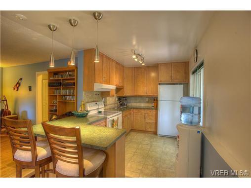 Main Photo: 8 949 Cloverdale Avenue in VICTORIA: SE Quadra Condo Apartment for sale (Saanich East)  : MLS®# 353688