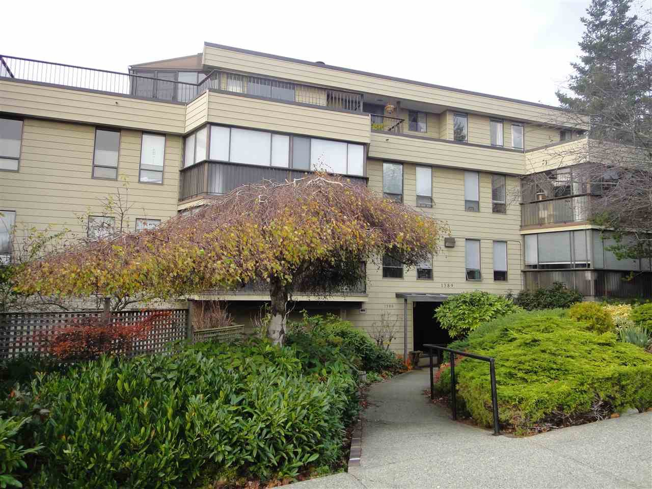 "Main Photo: 302 1389 WINTER Street: White Rock Condo for sale in ""Hillside House"" (South Surrey White Rock)  : MLS®# R2223228"