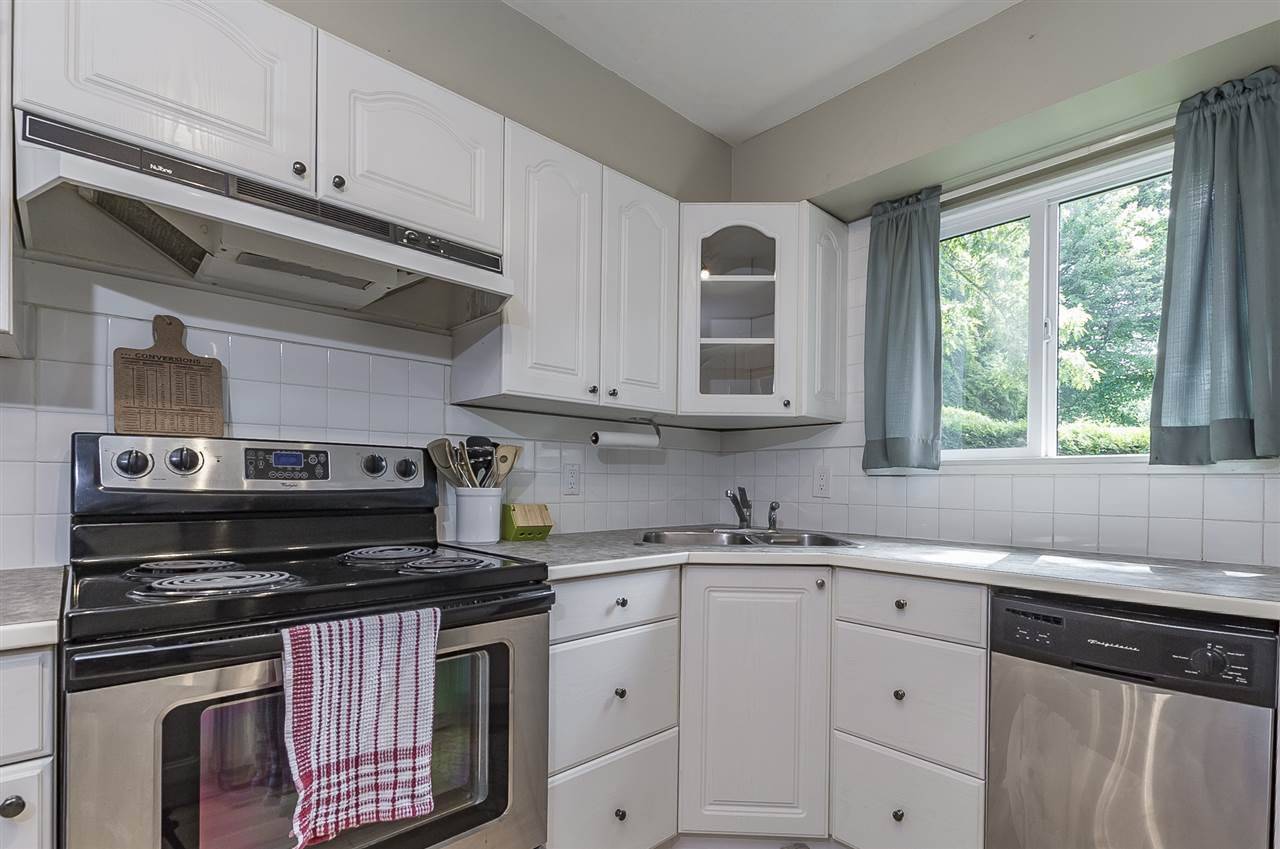 """Photo 11: Photos: 6036 W GREENSIDE Drive in Surrey: Cloverdale BC Townhouse for sale in """"Greenside Estates"""" (Cloverdale)  : MLS®# R2278034"""