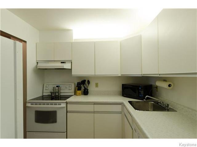 Photo 5: Photos: 481 Thompson Drive in WINNIPEG: St James Condominium for sale (West Winnipeg)  : MLS®# 1600654