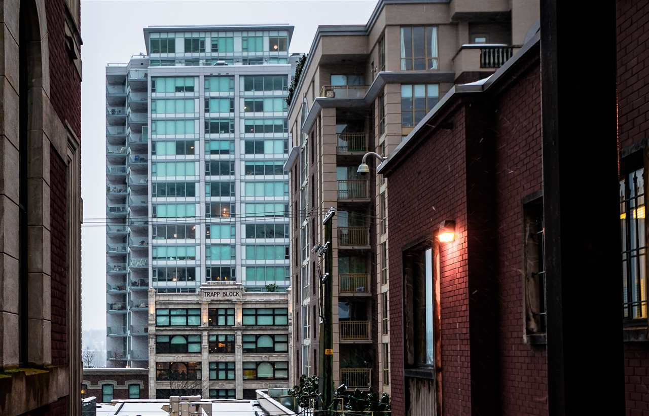 """Main Photo: 1012 668 COLUMBIA Street in New Westminster: Quay Condo for sale in """"TRAPP + HOLBROOK"""" : MLS®# R2137000"""