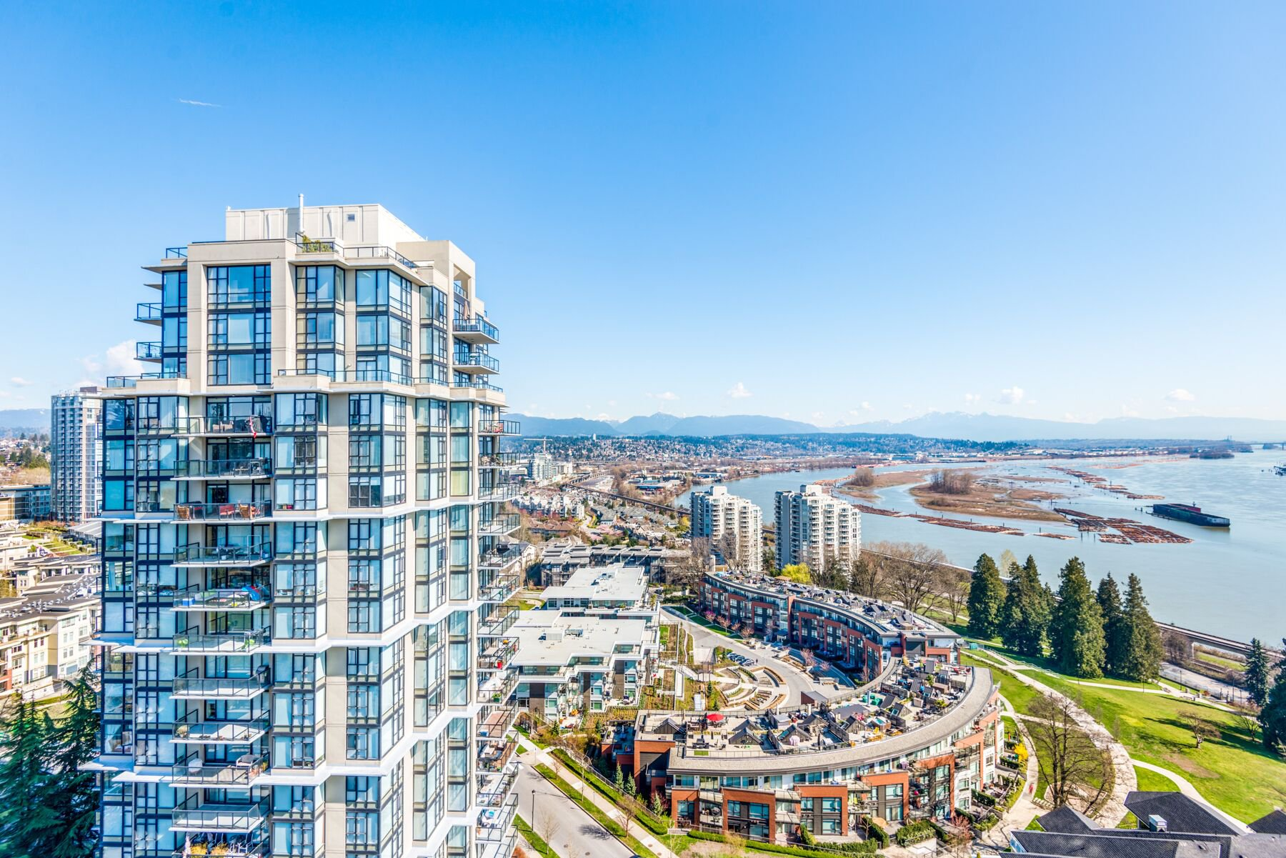 "Main Photo: 1903 11 E ROYAL Avenue in New Westminster: Fraserview NW Condo for sale in """"THE RESIDENCES OF VICTORIA HILL"""" : MLS®# R2354217"