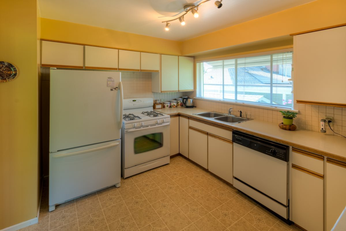 """Photo 7: Photos: 327 BUCHANAN Avenue in New Westminster: Sapperton House for sale in """"SAPPERTON"""" : MLS®# R2075704"""