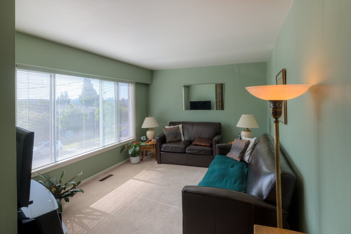 """Photo 2: Photos: 327 BUCHANAN Avenue in New Westminster: Sapperton House for sale in """"SAPPERTON"""" : MLS®# R2075704"""