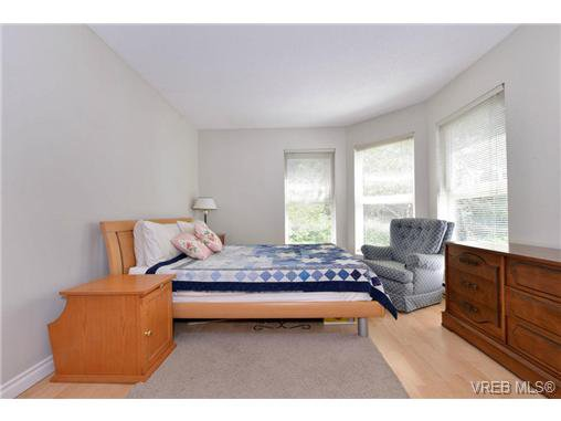 Photo 10: Photos: 301 1201 Hillside Ave in VICTORIA: Vi Hillside Condo Apartment for sale (Victoria)  : MLS®# 734777