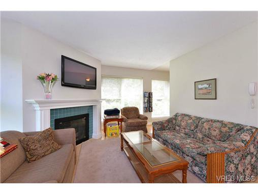 Photo 3: Photos: 301 1201 Hillside Ave in VICTORIA: Vi Hillside Condo Apartment for sale (Victoria)  : MLS®# 734777
