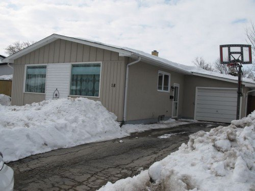 Main Photo: 18 Cullen Drive in Winnipeg: Westdale Residential for sale (West Winnipeg)  : MLS®# 1305009