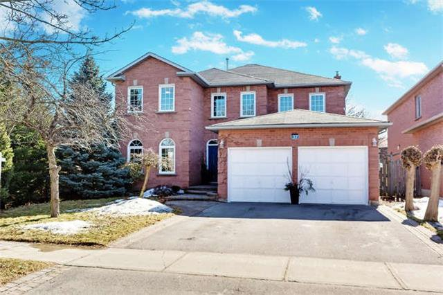 Main Photo: 37 Lofthouse Dr in Whitby: Rolling Acres Freehold for sale : MLS®# E4053705