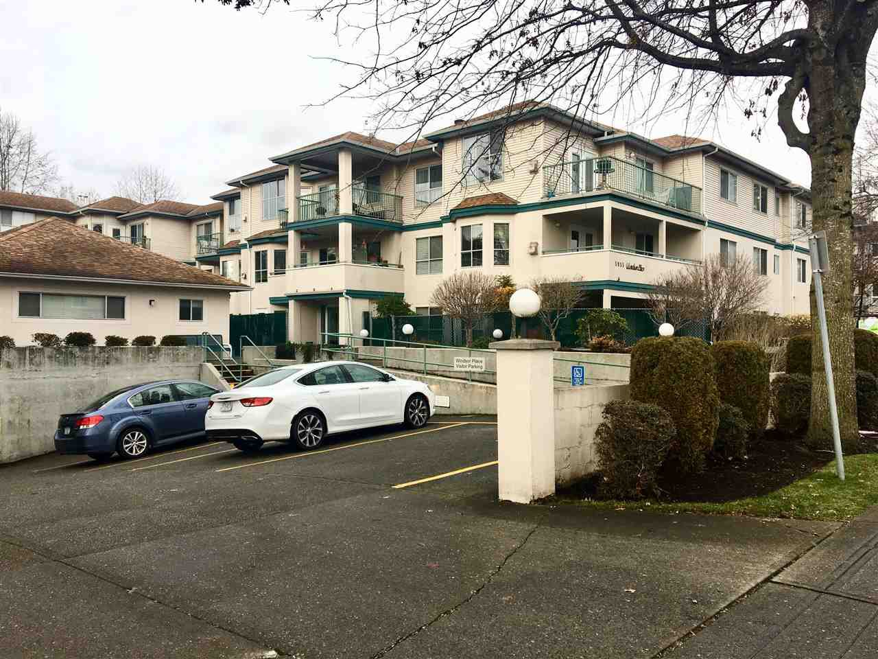 """Main Photo: 302 5955 177B Street in Surrey: Cloverdale BC Condo for sale in """"WINDSOR PLACE"""" (Cloverdale)  : MLS®# R2334510"""