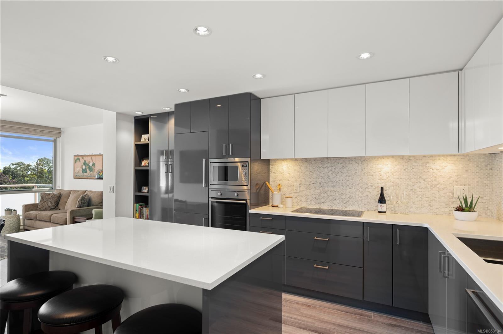Main Photo: 706 838 Broughton St in : Vi Downtown Condo Apartment for sale (Victoria)  : MLS®# 850134