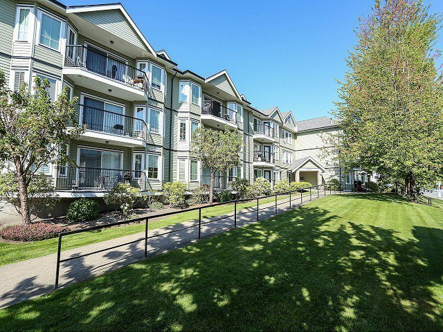 """Main Photo: 101 20881 56TH Avenue in Langley: Langley City Condo for sale in """"ROBERTS COURT"""" : MLS®# F1322698"""