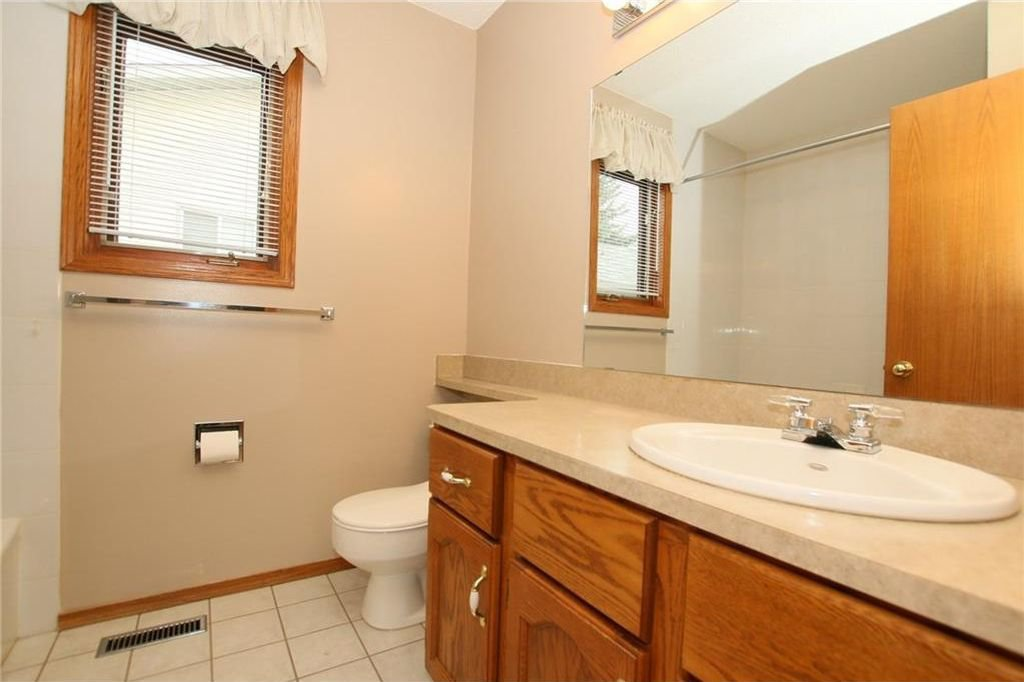 Photo 22: Photos: 2 WEST ANDISON Close: Cochrane House for sale : MLS®# C4141938
