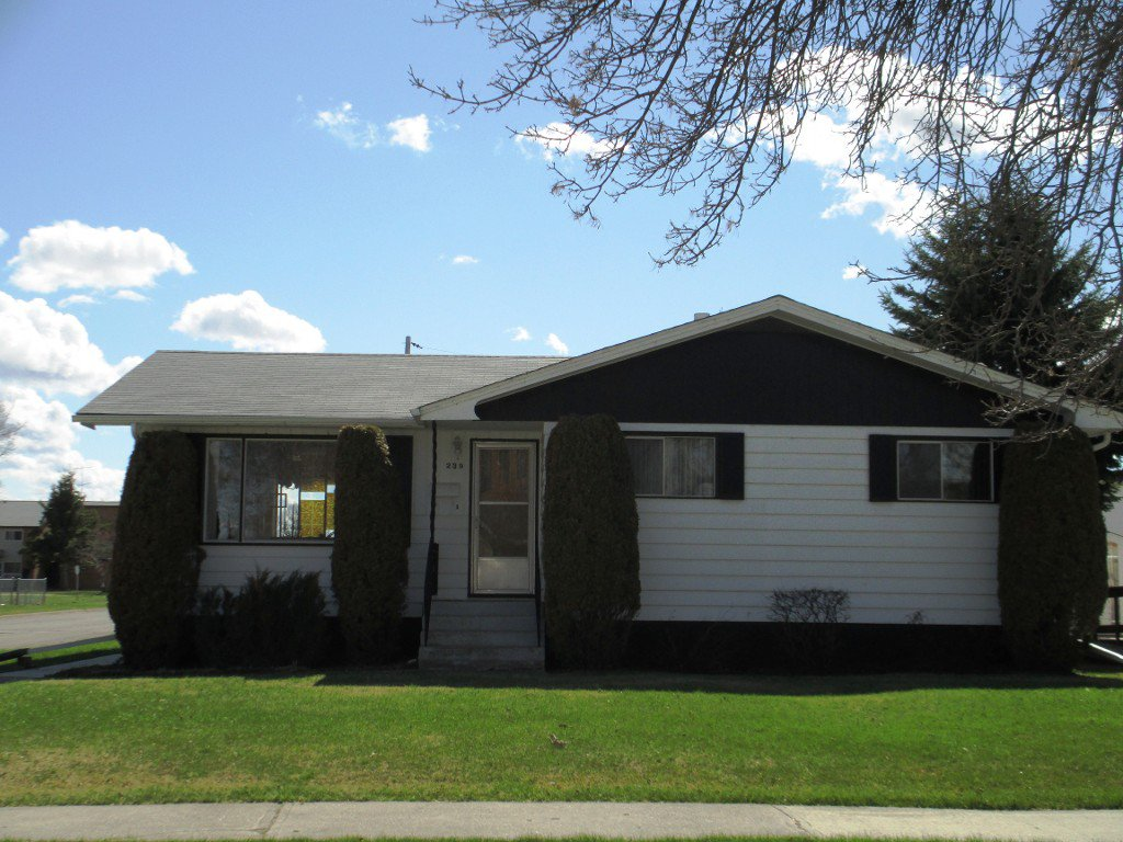 Main Photo: 239 5th Avenue Southeast in Dauphin: Residential for sale