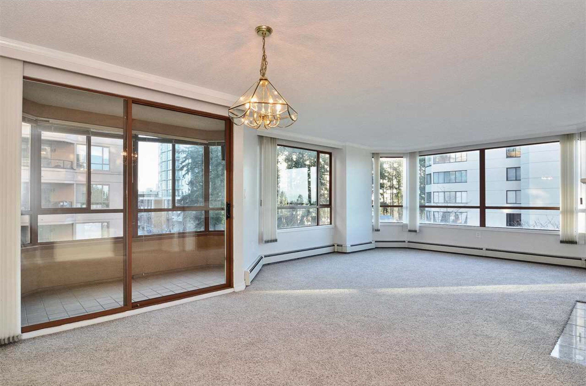Photo 5: Photos: 405, 15111 Russell Avenue: White Rock Condo for sale (South Surrey White Rock)  : MLS®# R2133728