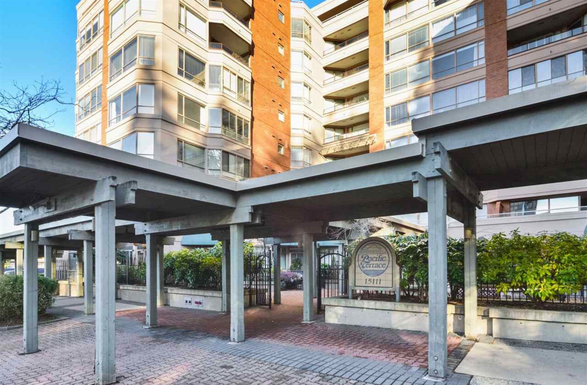 Photo 3: Photos: 405, 15111 Russell Avenue: White Rock Condo for sale (South Surrey White Rock)  : MLS®# R2133728