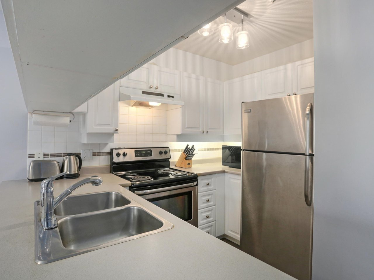 """Main Photo: 408 135 ELEVENTH Street in New Westminster: Uptown NW Condo for sale in """"QUEENS TERRACE"""" : MLS®# R2445118"""