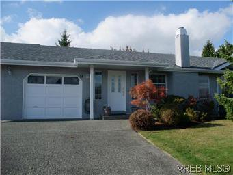 Main Photo: 14 2560 Wilcox Terr in VICTORIA: CS Tanner Row/Townhouse for sale (Central Saanich)  : MLS®# 588799
