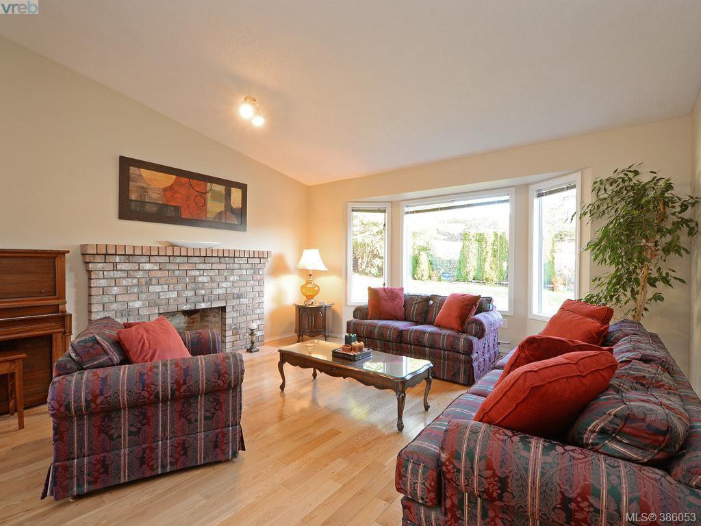 Photo 3: Photos: 11 Quincy Street in VICTORIA: VR Hospital Single Family Detached for sale (View Royal)  : MLS®# 386053