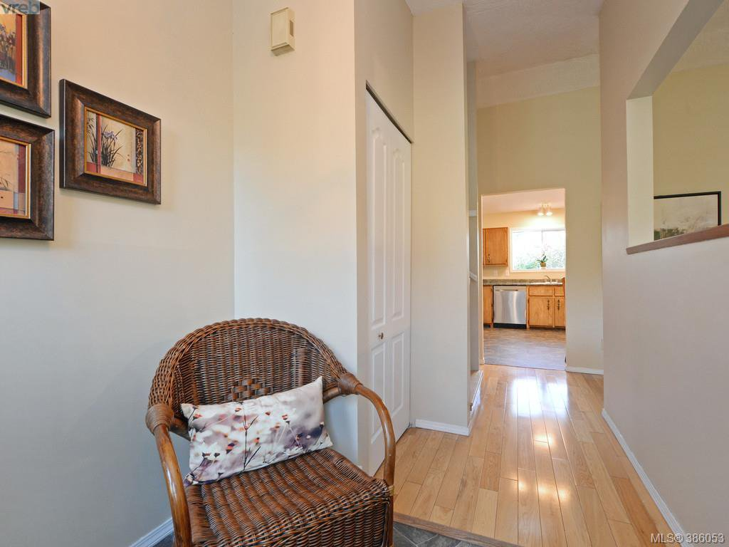 Photo 11: Photos: 11 Quincy Street in VICTORIA: VR Hospital Single Family Detached for sale (View Royal)  : MLS®# 386053
