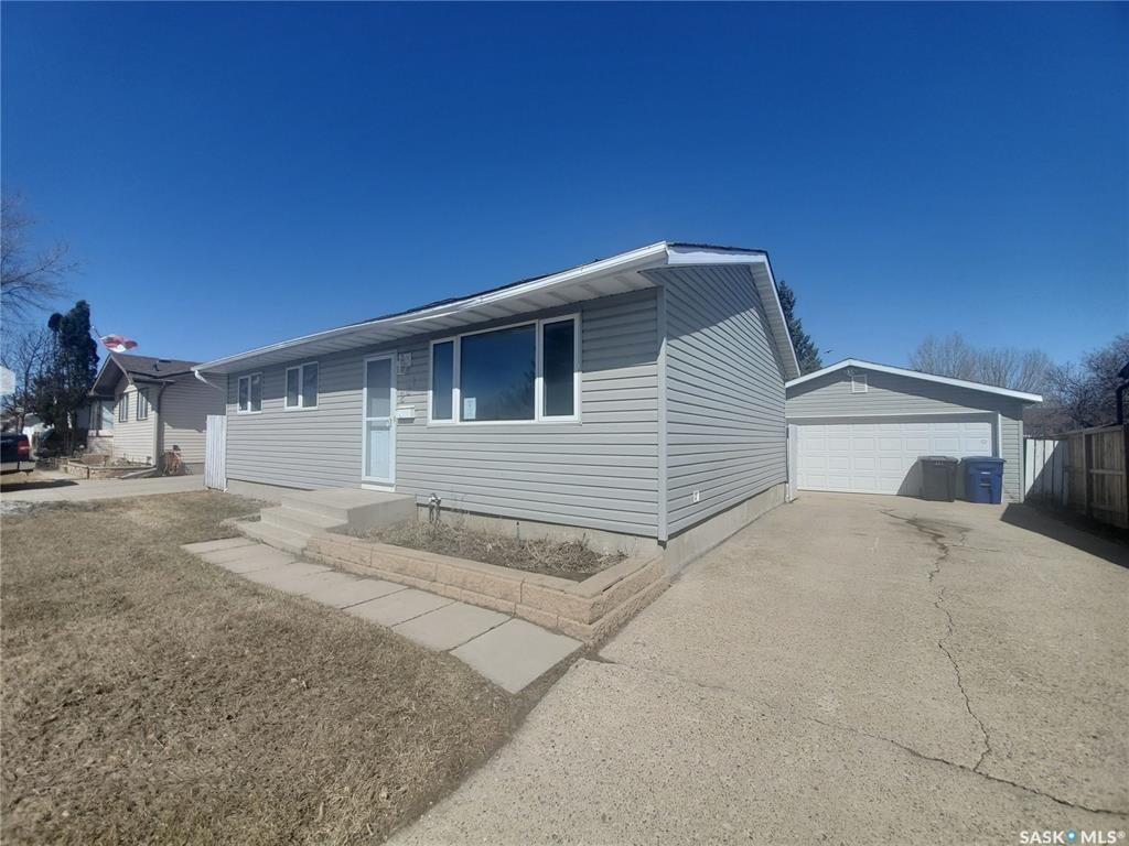 Main Photo: 221 Dickey Crescent in Saskatoon: Pacific Heights Residential for sale : MLS®# SK805263