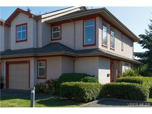 Main Photo: 112 1110 Willow Street in VICTORIA: SE Lake Hill Townhouse for sale (Saanich East)  : MLS®# 369075