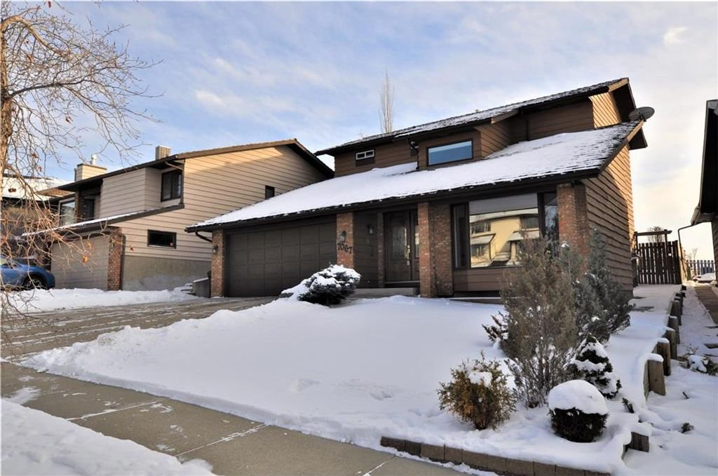 Main Photo: 7067 EDGEMONT Drive NW in Calgary: Edgemont House for sale : MLS®# C4143123